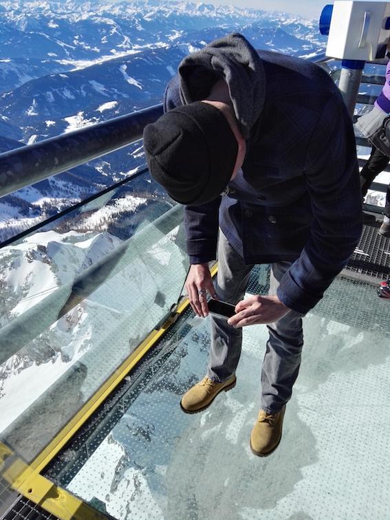 Op de skywalk. Natuurlijk moet je dan je schoenen fotograferen op de glasplaat, 250m boven de grond zwevend...
