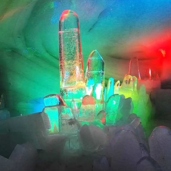 Regenboogkleuren in een ijskunstwerk.